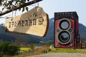 dreaming-camera-cafe-is-shaped-like-a-vintage-rolleiflex-designboom-01